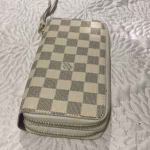 Never used Louis Vuitton Zippy style wallet